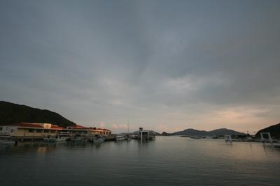 日が落ちた港