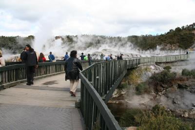 /></p>  <p>アイスランドの間欠泉とは違い、間隔が長く、一回の噴出時間も長い。1日20回ほど見られ、1回につき2,30分ほど。このようにゆっくりと立ち上がって...</p>  <p><img src=